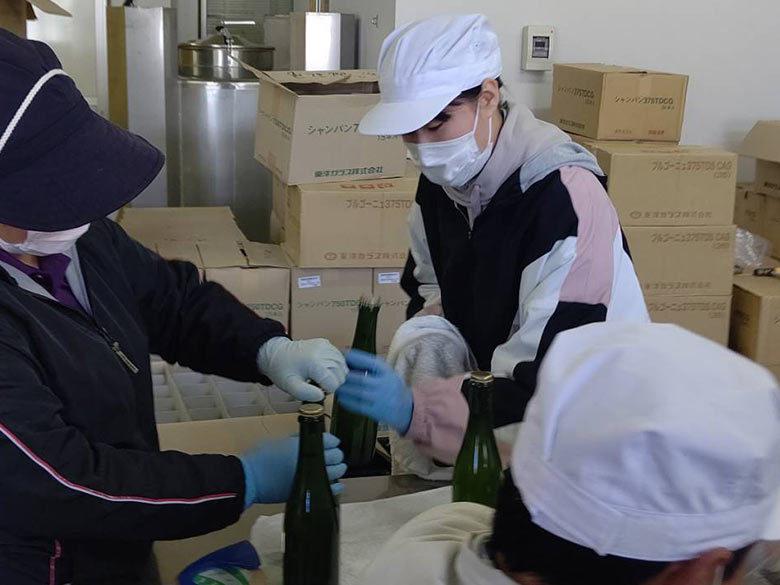 【活動報告】スパークリングワインの瓶詰めの様子