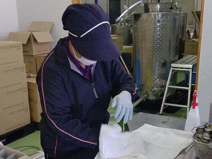 【活動報告】スパークリングワインの瓶詰めの様子01